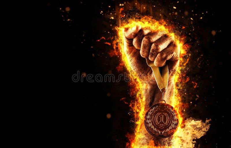 Handen för man` s i en brand är den hållande övre guldmedaljen Vinnare i en konkurrens arkivbilder