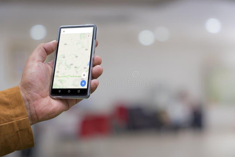 Handen för man` s visar den mobila smartphonen i vertikal position arkivfoto