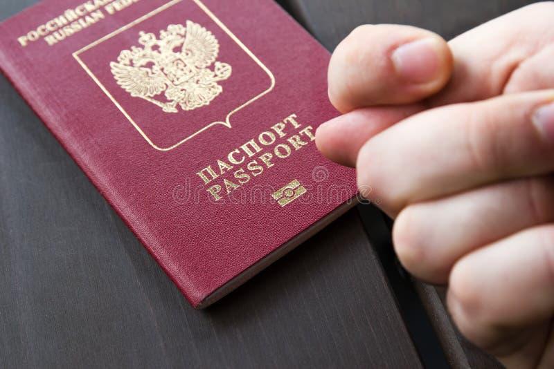 Handen för man` s visar ficoen på passbackgound Symbol av sanktioner Negativt begrepp closeup royaltyfri foto