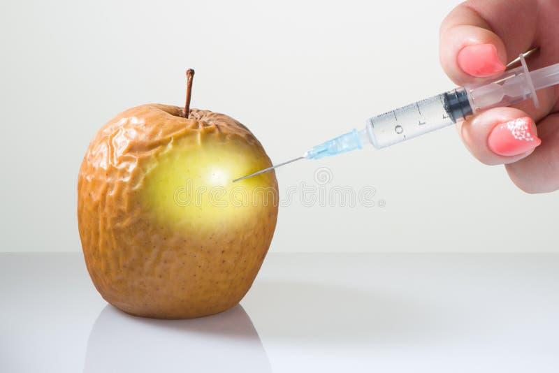 Handen gör en injektion för att släta av skrynklor arkivfoton