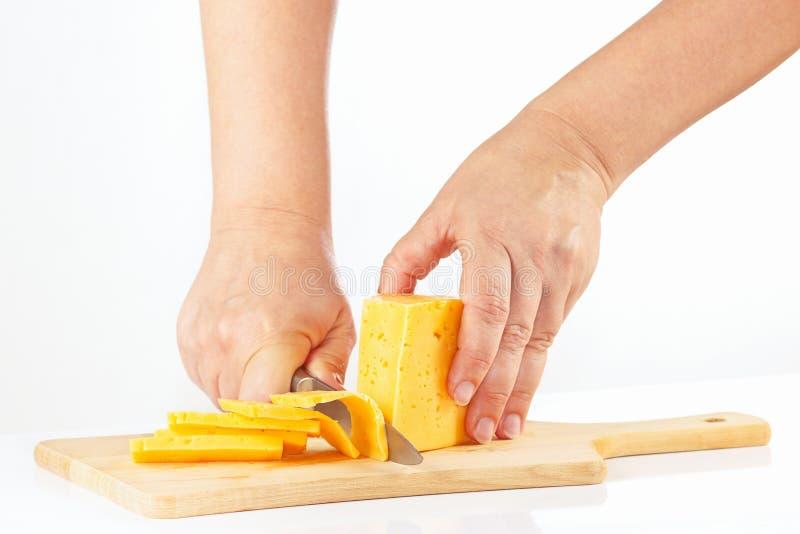 Download Handen Gesneden Kaas Op Een Scherpe Raad Stock Afbeelding - Afbeelding bestaande uit melkachtig, schotel: 39117767
