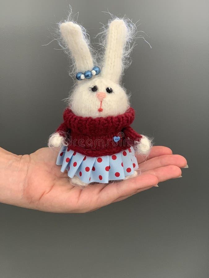 Handen - gjorde stuckit leksakkanin- eller hareanseende på handen Härlig flickaleksak för barn arkivbilder