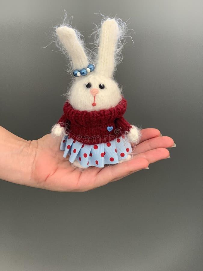 Handen - gjorde stuckit leksakkanin- eller hareanseende på handen Härlig flickaleksak för barn royaltyfri fotografi