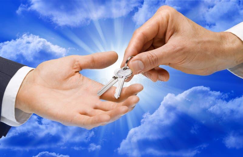 handen keys skyen arkivbild