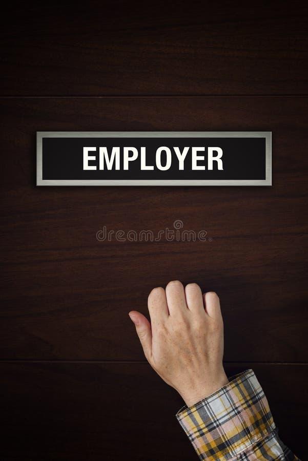 Handen knackar på arbetsgivaredörr royaltyfri fotografi