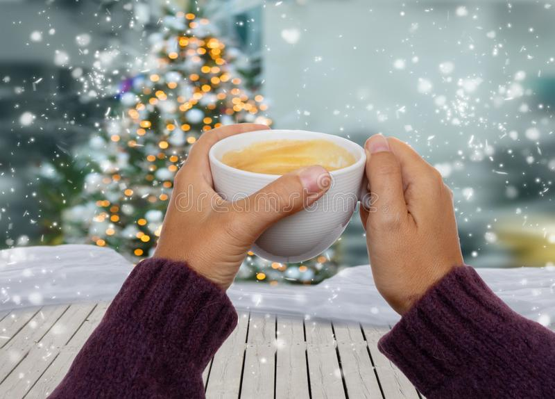 Handen met de winterkoffie royalty-vrije stock afbeeldingen