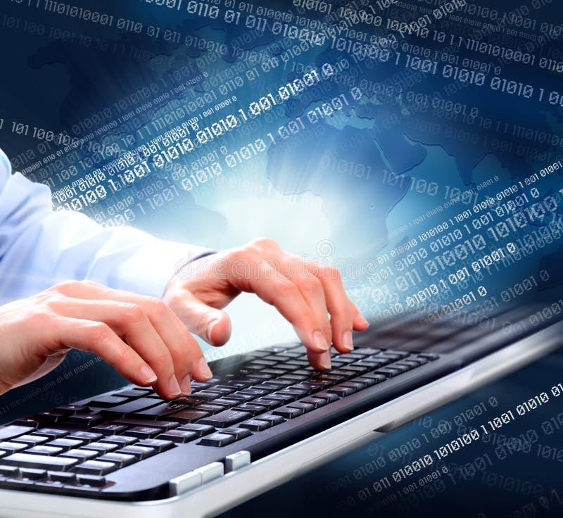Handen met een computertoetsenbord. royalty-vrije stock afbeelding