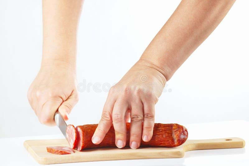 Download Handen Met Een Mes Gesneden Salami Op Scherpe Raad Stock Afbeelding - Afbeelding bestaande uit sluit, gekookt: 39117757