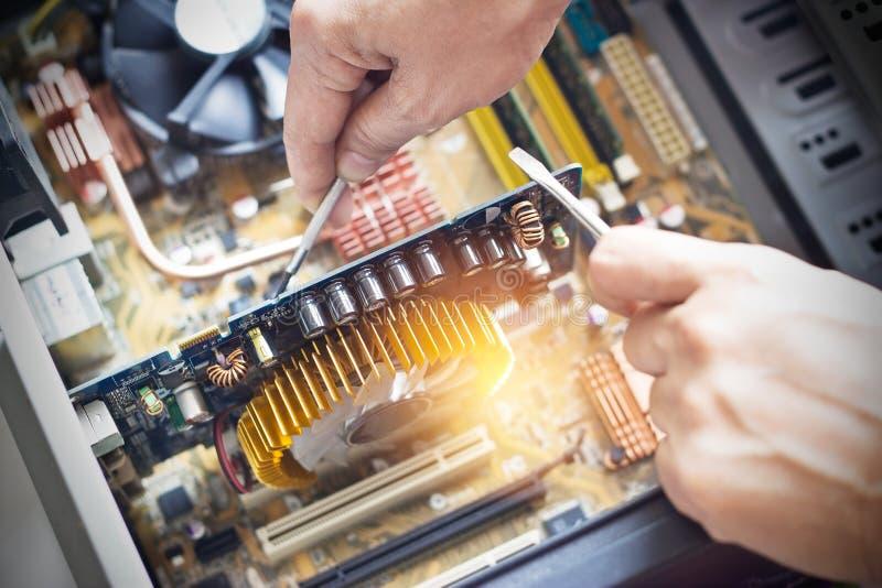 Handen met hulpmiddelen voor reparatiecomputer stock foto