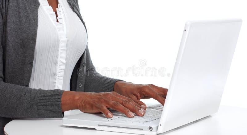 Handen met laptop stock afbeelding