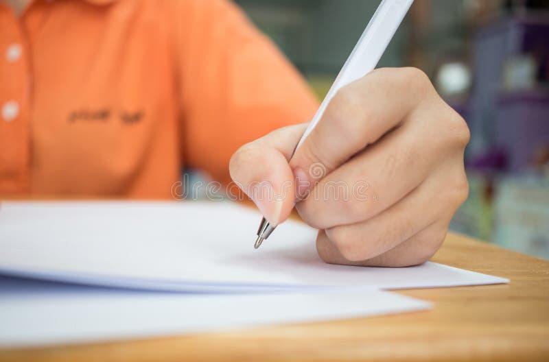 Handen met potlood over aanvraagformulier, Studenten die examens nemen, stock afbeelding