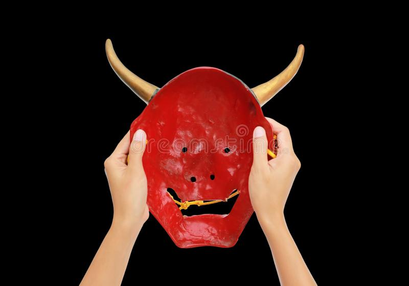 Handen met rood Kabuki-masker geïsoleerd op zwarte achtergrond royalty-vrije stock foto