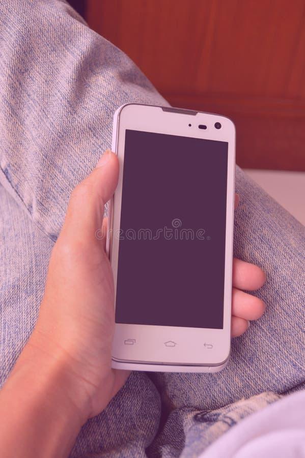 handen mobiel gebruiken stock fotografie