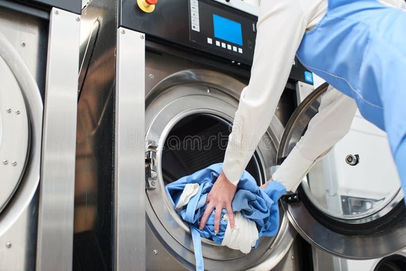 Handen om de Wasserij in de wasmachine te laden royalty-vrije stock foto