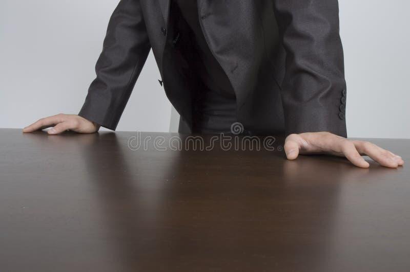 Handen op bureau stock afbeeldingen
