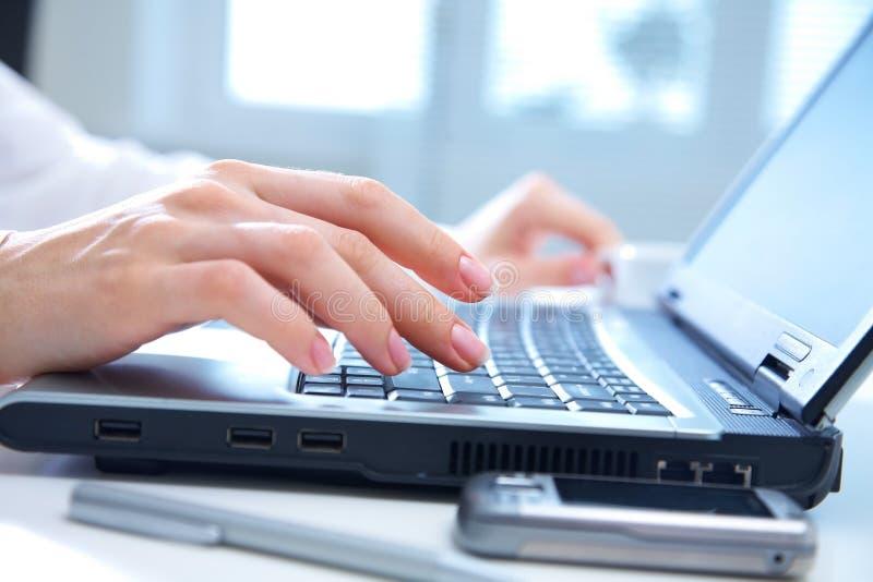 Handen op computertoetsenbord stock afbeeldingen