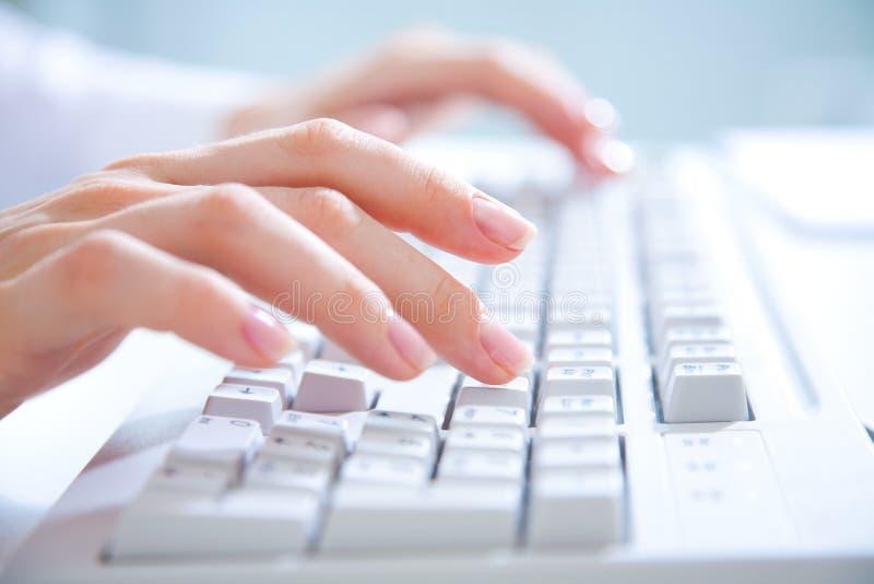 Handen op computertoetsenbord stock foto's