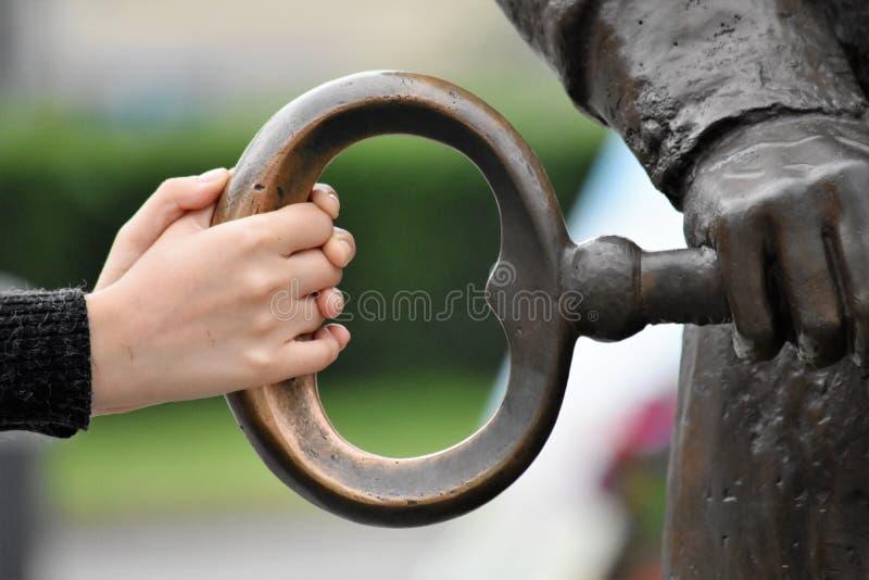 Handen op de sleutel royalty-vrije stock fotografie