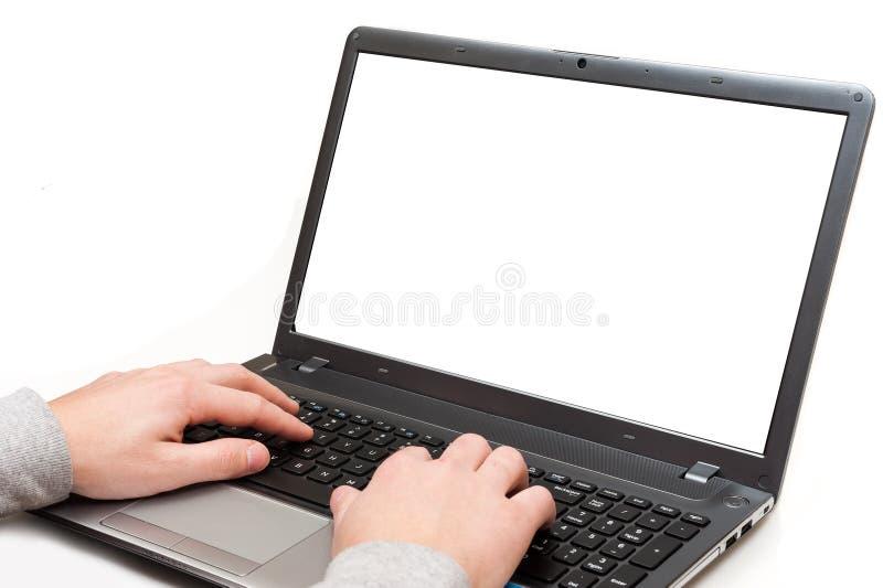 Handen op een laptop computer met het lege geïsoleerde scherm royalty-vrije stock afbeeldingen
