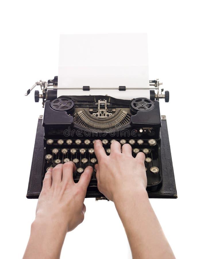 Handen op een schrijfmachine stock fotografie