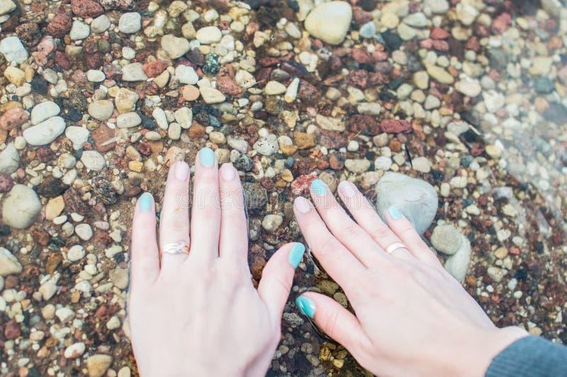 Handen op het water, liefdeaard royalty-vrije stock afbeeldingen