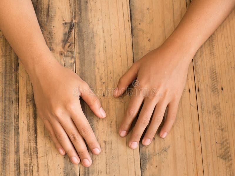 handen op houten lijst royalty-vrije stock afbeelding