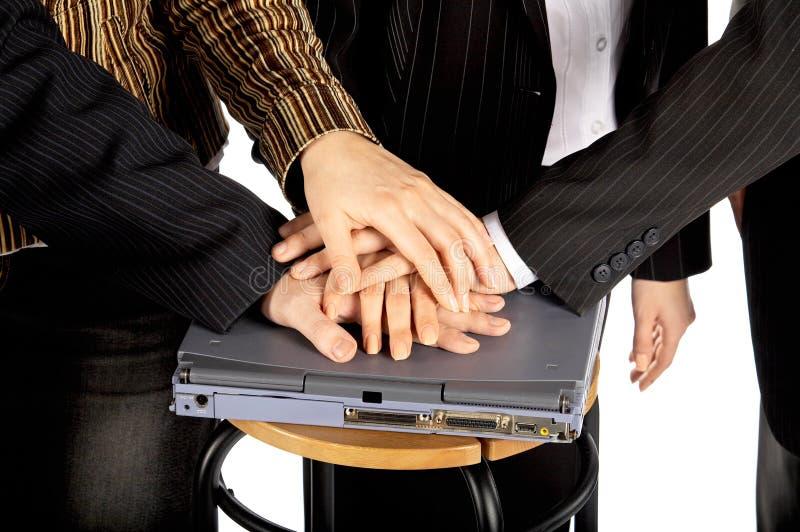 Handen op laptop stock afbeelding