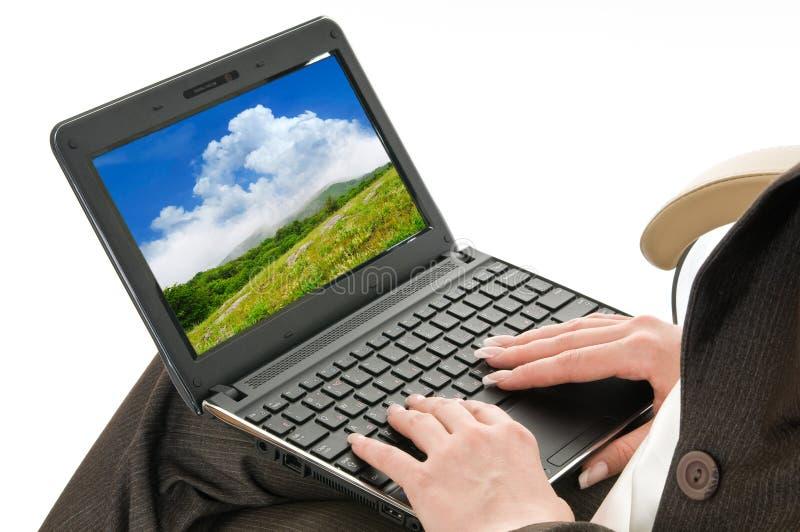 Handen op laptop toetsenbord royalty-vrije stock afbeeldingen