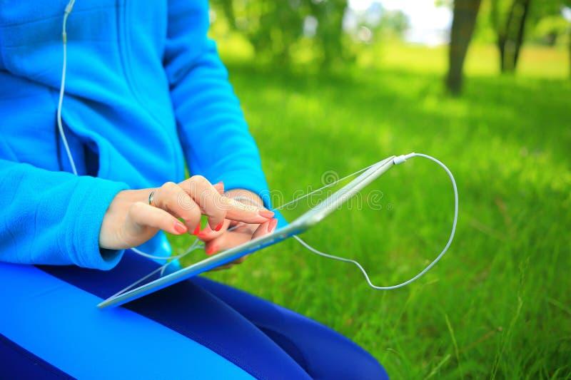Handen op nieuw tabletclose-up stock afbeeldingen