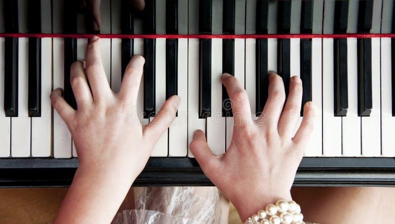 Handen op pianosleutels royalty-vrije stock fotografie