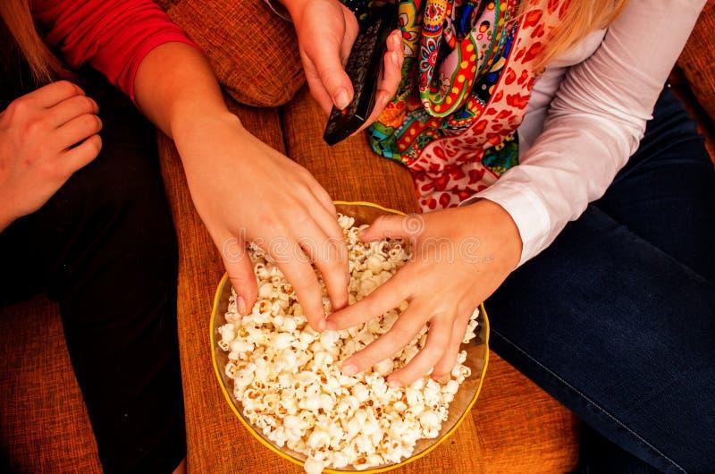Handen op popcorn terwijl het letten van op film op huisbioskoop royalty-vrije stock foto's