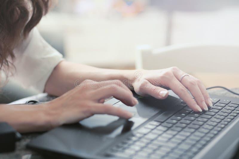 Handen op toetsenbord royalty-vrije stock afbeelding