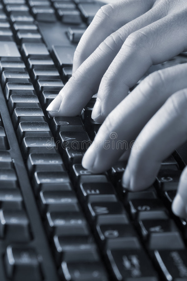 Handen op toetsenbord stock foto
