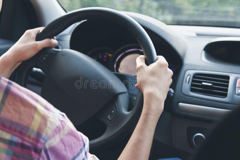 Handen op wiel het drijven stock afbeelding