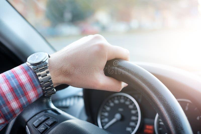 Handen op wiel van een nieuwe autobestuurder stock afbeeldingen