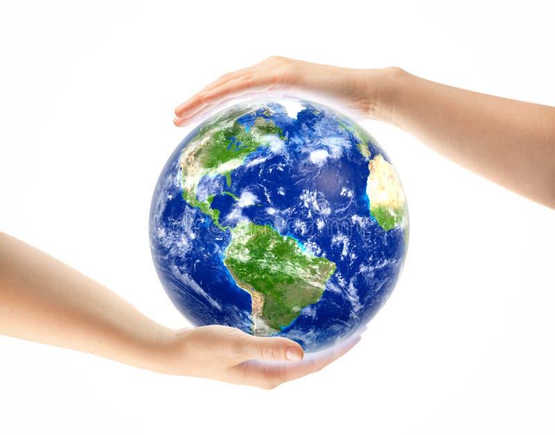 Handen rond Aardebol op wit wordt geïsoleerd dat royalty-vrije stock fotografie