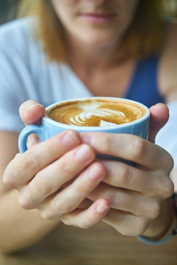 Handen rond een kop van koffie royalty-vrije stock foto