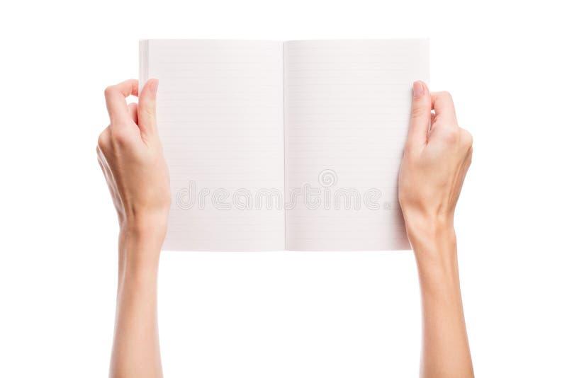 Handen rymmer en öppen bok avstånd royaltyfri foto