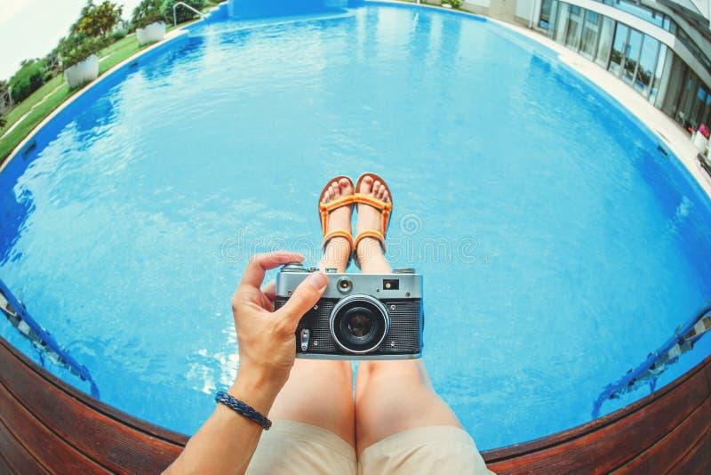 Handen rymmer kameran royaltyfria bilder