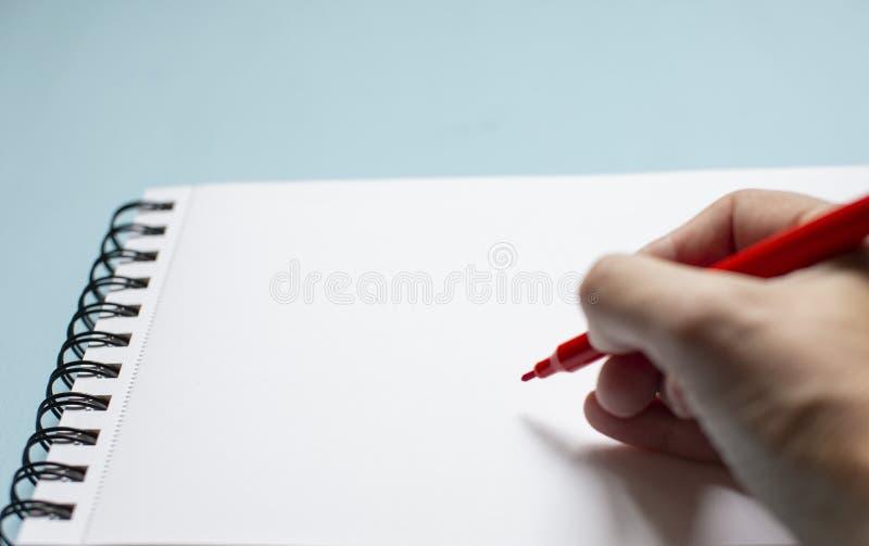 Handen skriver texten royaltyfria bilder