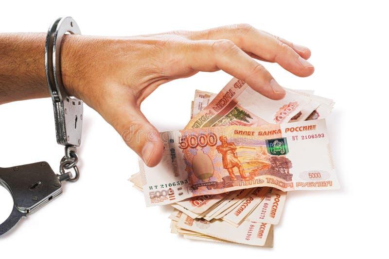 Handen som fästs till handbojaförsök att ta pengar som isoleras Begreppet på stöld eller bedrägeri med valuta arkivbilder