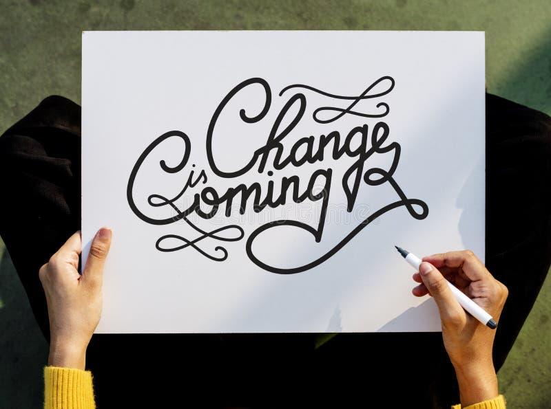 Handen som rymmer Pen Paper Writing Change, är det kommande brädebegreppet fotografering för bildbyråer