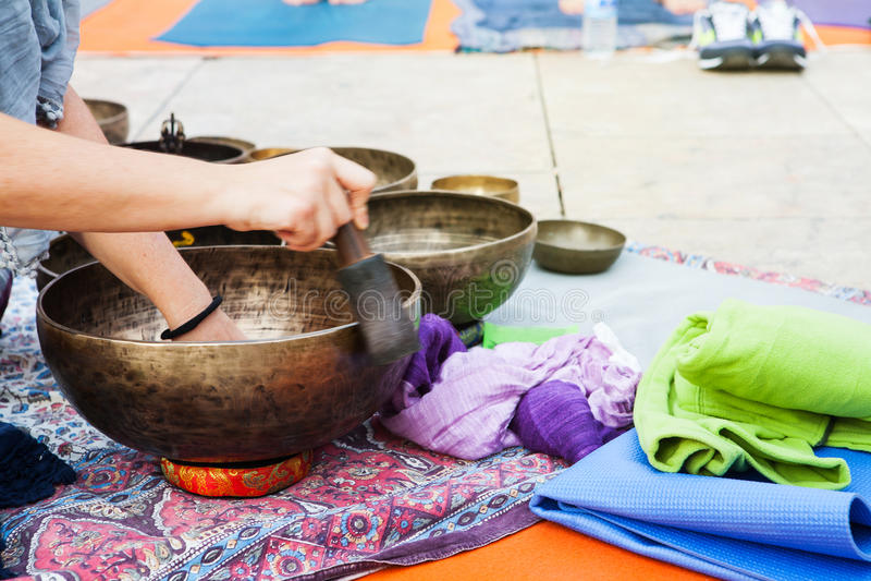 Handen som spelar yoga, bowlar utomhus royaltyfria foton