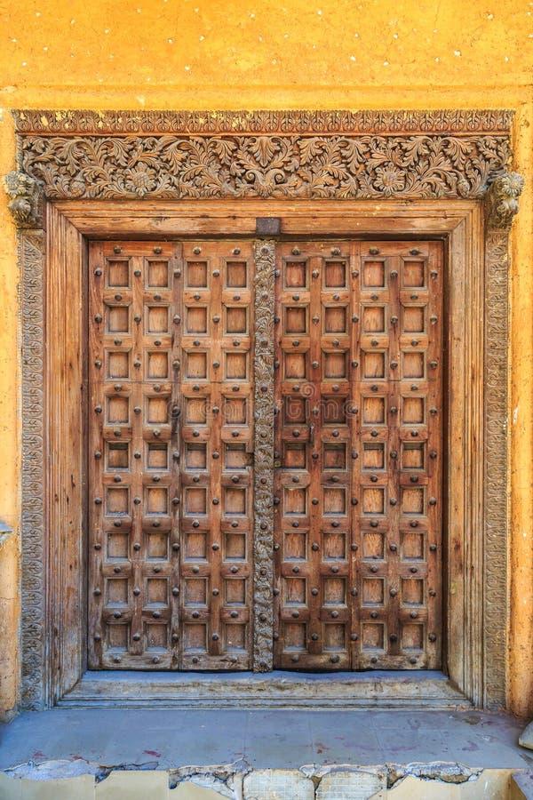 Handen tillverkade trädörren i Stonetown på Zanzibar royaltyfri fotografi