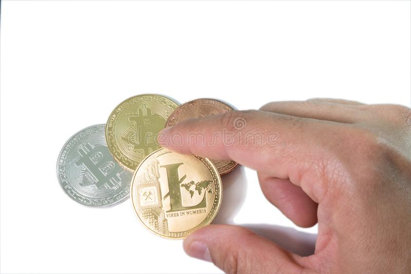 handen - välj upp en LTC Litecoin ett guld- mynt och Bitcoin på vit backg royaltyfria bilder