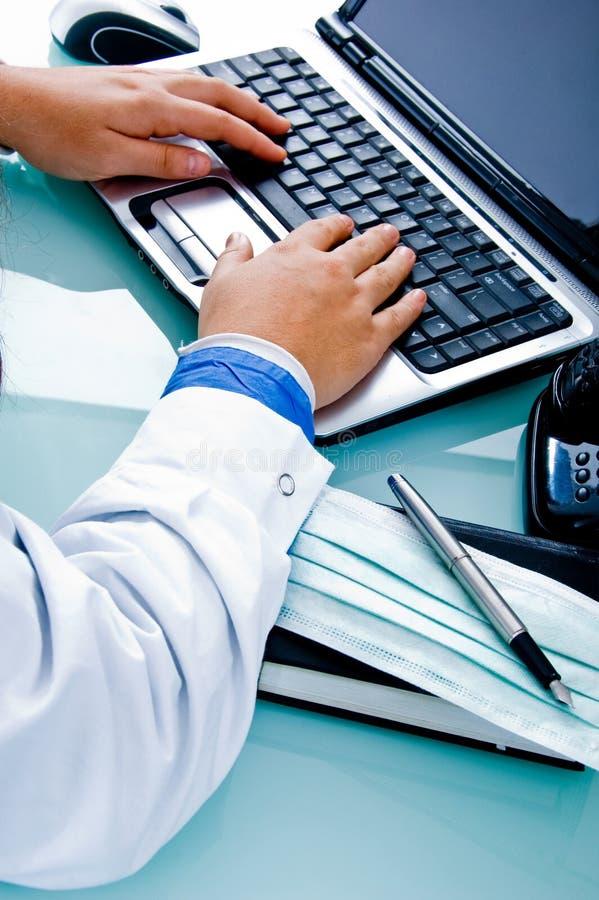 Handen van arts en notitieboekje stock foto's