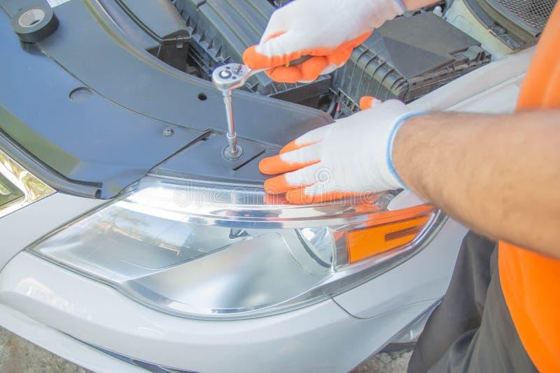 Handen van autowerktuigkundige in de autoreparatiedienst Het auto mechanische werken in garage stock foto
