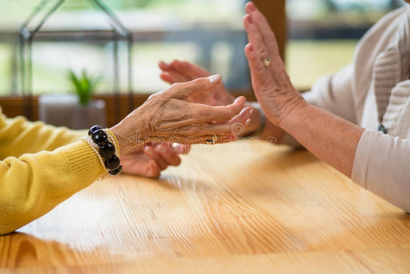 Handen van bejaarden stock afbeelding