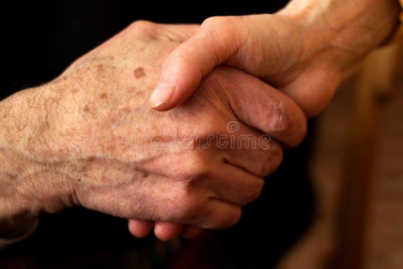 Handen van de bejaarden royalty-vrije stock fotografie