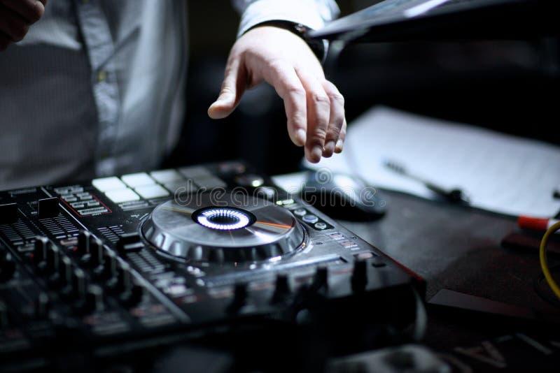 Handen van D J het mengen van muziekopname bij gebeurtenis royalty-vrije stock foto
